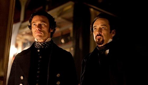 John Cusack y Luke Evans en El Enigma del Cuervo