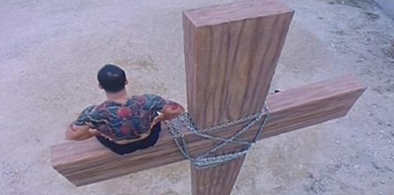 Un crucificado en Historia de Ricky