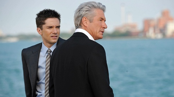 Richard Gere y Topher Grace en La Sombra de la Traición