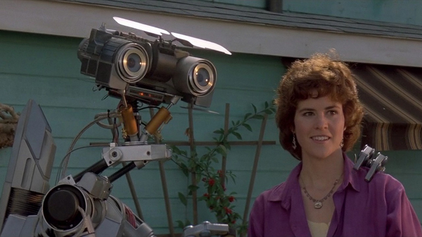 Johnny 5 y Ally Sheedy
