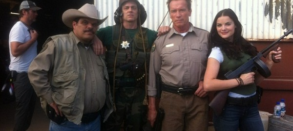 Genesis Rodriguez y Arnold Schwarzenegger en The Last Stand