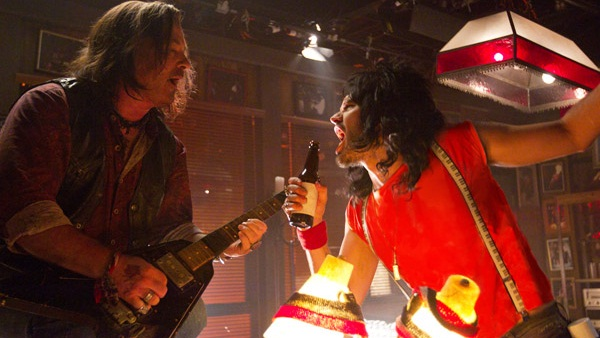 Alec Baldwin y Russell Brand en Rock of Ages