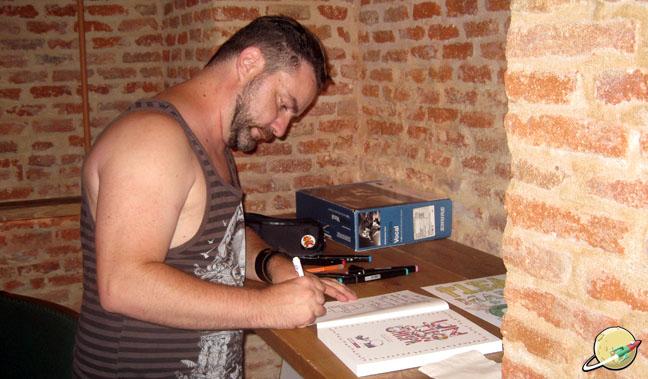 Diego Vera (Kekuli) firmando en Un Tipo con Chispa