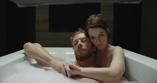 Emily Hampshire y Kris Holden-Ried en Retornados