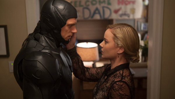 Abbie Cornish y Joel Kinnaman en RoboCop (2014)