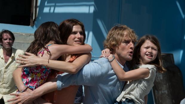 Owen intenta proteger a sus hijas y su esposa de la revolución