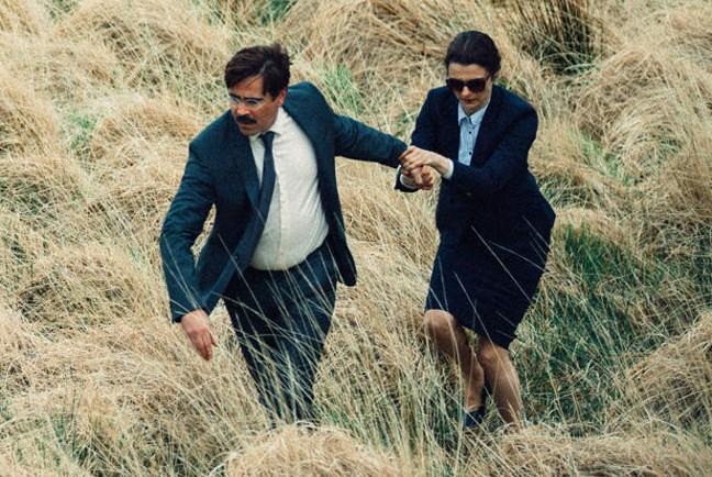 Colin Farrell y Rachel Weisz huyendo del aislamiento.