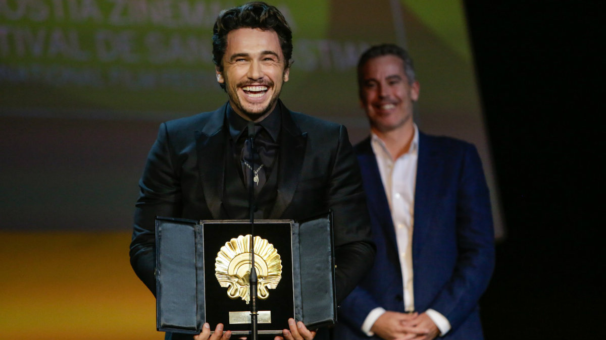 James Franco levanta su flamante Concha de Oro.