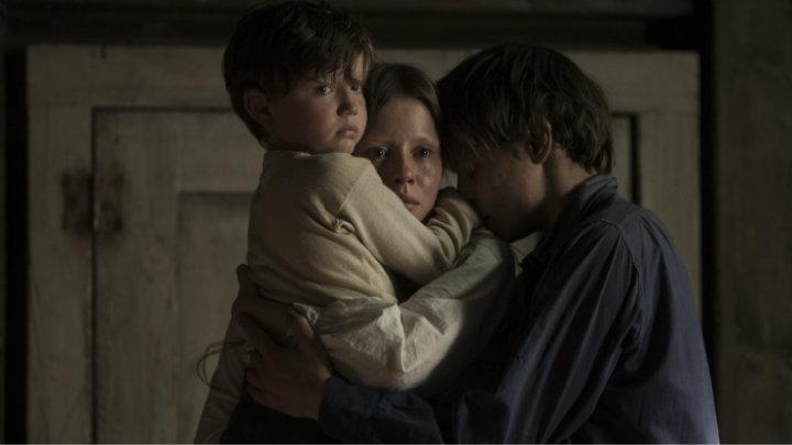 Charlie Heaton protege a sus hermanos en 'El Secreto de Marrowbone'