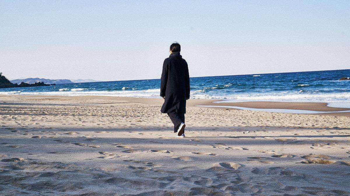 en-la-playa-sola-de-noche-kim-min-hee-02