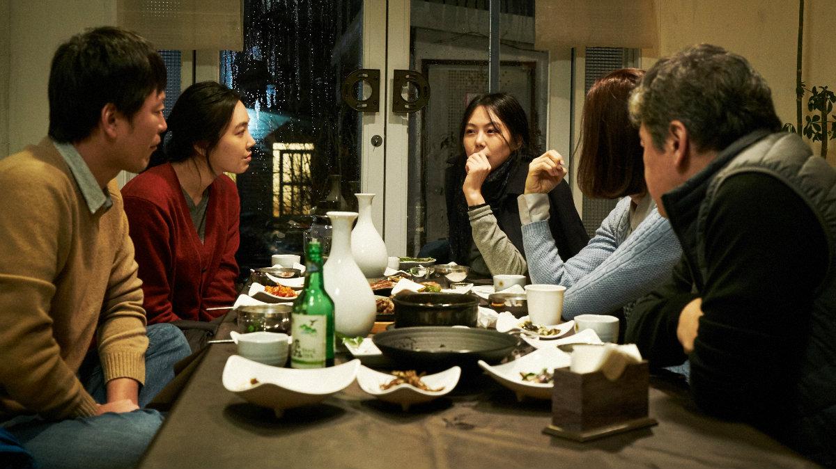Las largas conversaciones entre alcohol, recurrentes en toda la obra del director.