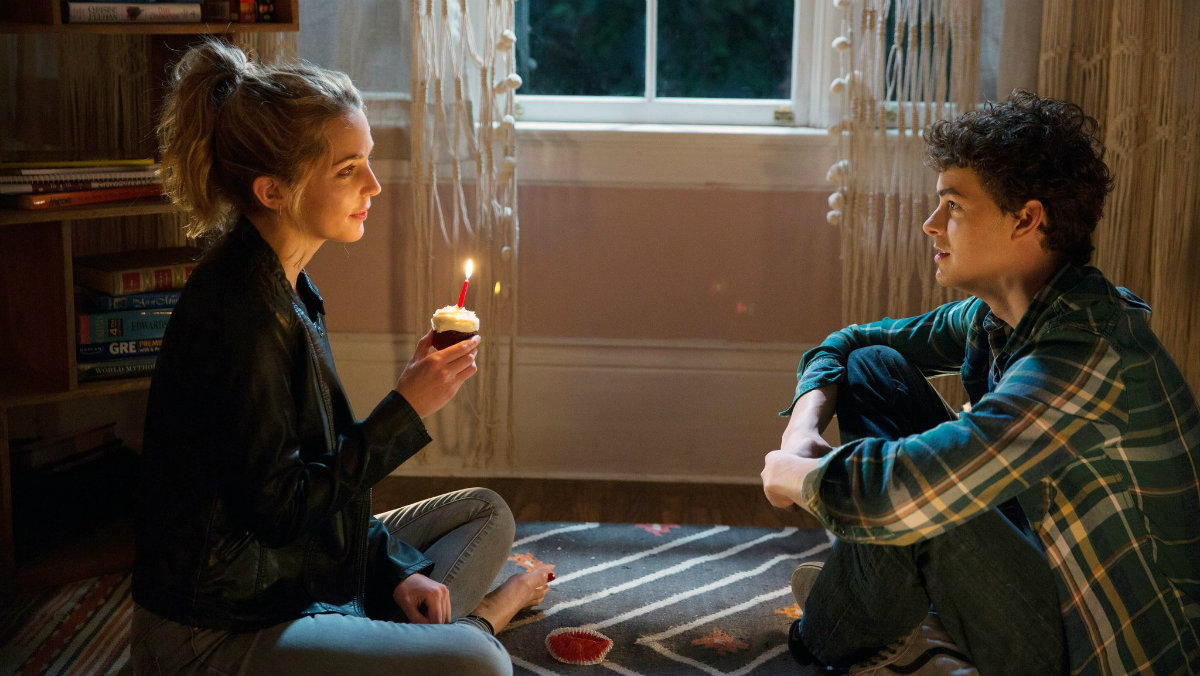 Israel Broussard y Jessica Rothe