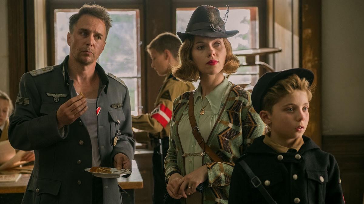 Sam Rockwell, Scarlett Johansson y Roman Griffin Davis