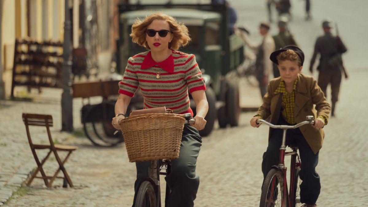 Scarlett Johansson y Roman Griffin Davis